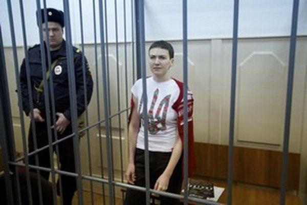Uväznená ukrajinská pilotka Naděžda Savčenková v cele počas súdu v Moskve.