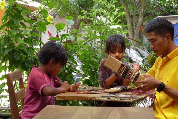 Indonézske vyrábajú náramky.