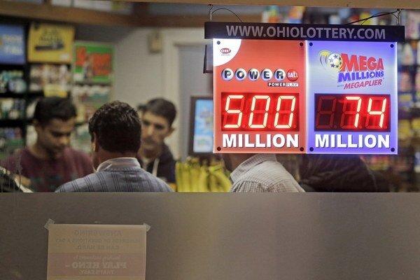 Zákazníci čakajú na predaj tiketov Powerball Jackpot v novinovom stánku Gateway v americkom Clevelande.