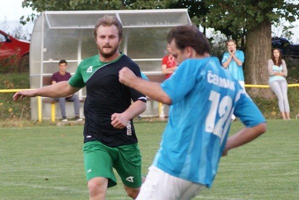 Lukáš Višňovský (v zeleno-čiernom) strelil v domácom zápase hetrik. Nemčíce doma vyhrali 3:1.