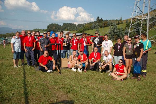 Organizátori a súťažiaci.