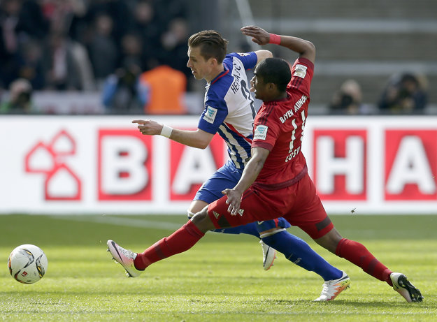 Peter Pekarík (vzadu) patrí dlhodobo medzi opory Herthy Berlín. Teraz bude opäť čeliť futbalistom Bayernu.