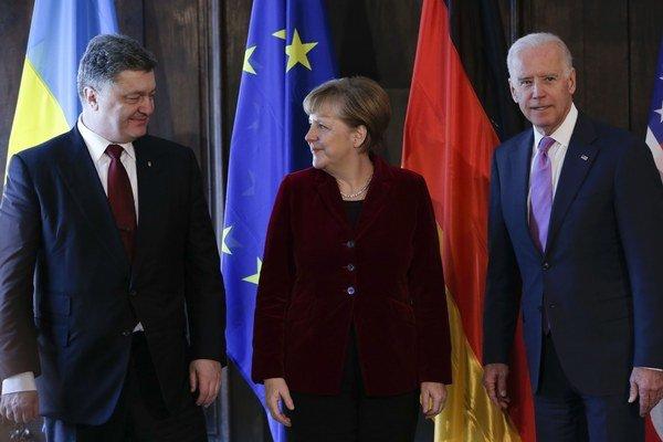 Ukrajinský prezident Porošenko, nemecká kancelárka Merkelová a americký viceprezident Biden v Mníchove.