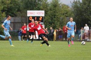 Martin Lopušan (v červenom) naháňa strach obrancom súpera.