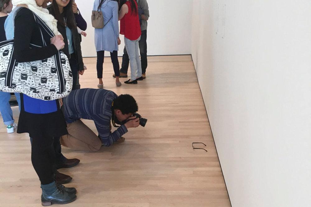 Uchvátení návštevníci si obyčajné okuliare fotili v domnení, že ide o umelecké dielo.