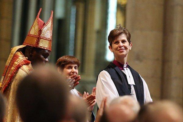 Reverendka Libby Laneová.