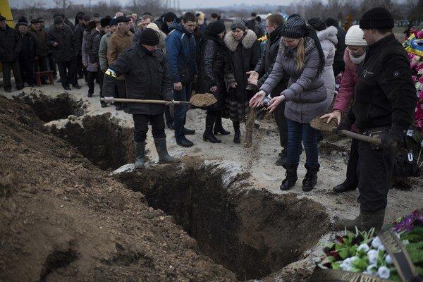 Pohreb obetí ostreľovania Mariupoľa.