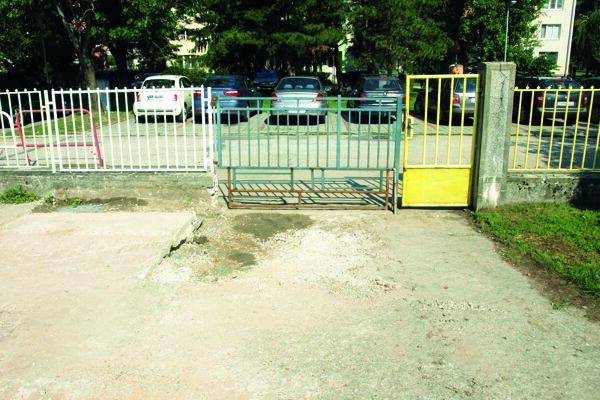 Vstupnú bránu do škôlky museli rozšíriť.
