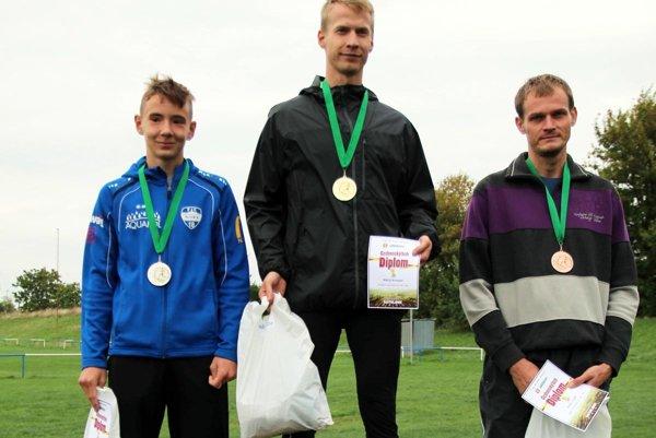 Trojica najlepších bežcov z minulého ročníka Cedronského behu.