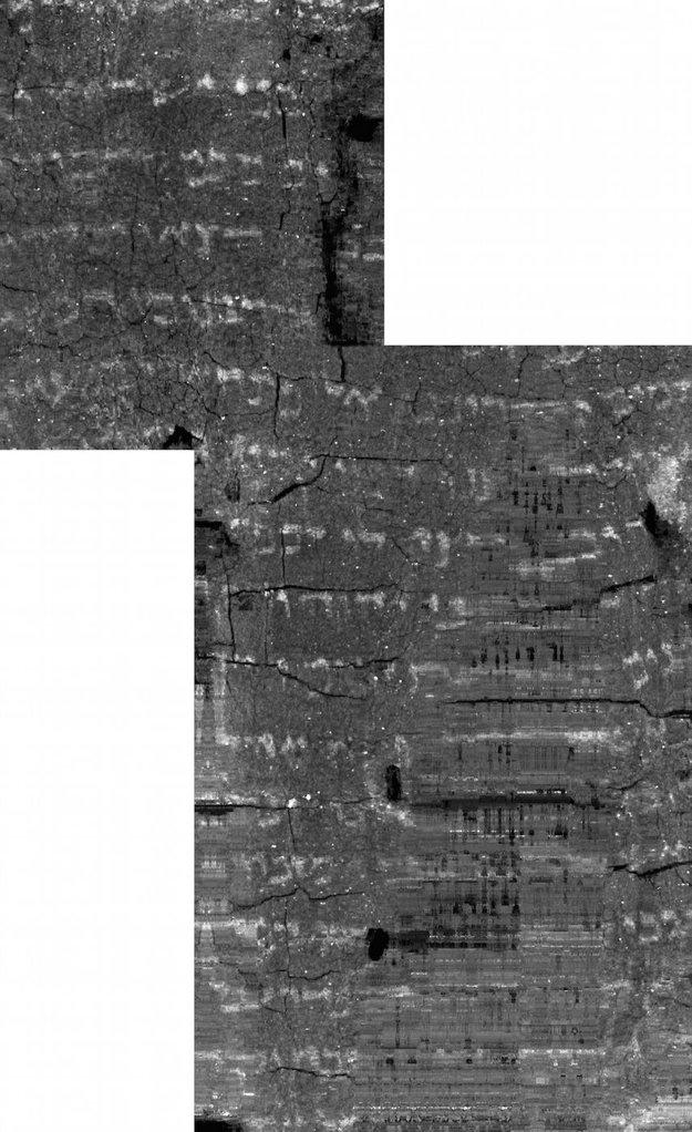 Náznaky textu na spojených vrstvách zvitku.