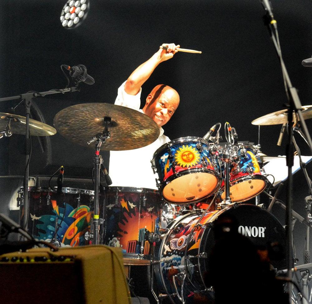 Bubeník Blair Cunningham hrával na bicie pre Paula McCartneyho, Micka Jaggera a Tinu Turner .