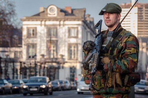 Bezpečnostné zložky hliadkujú v uliciach Bruselu, vo viacerých krajinách je pre terorizmus zvýšená bezpečnostná situácia.