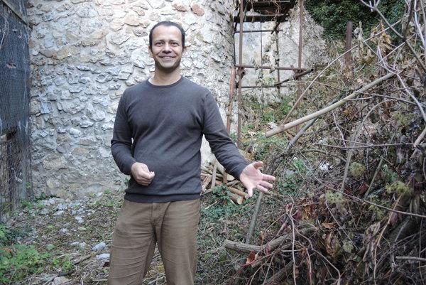 Kastelán Trenčianskeho hradu Peter Pastier ukazuje na dreviny, ktoré pracovníci múzea odstránili z okolia kovovej zábrany.