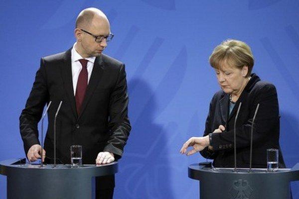 Ukrajinský premiér Jaceňuk a nemecká kancelárka Merkelová.