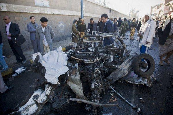 Výbuch auta v jemenskej Saná zabila 37 ľudí. Aj takto al-Káida o udržanie svojich území.