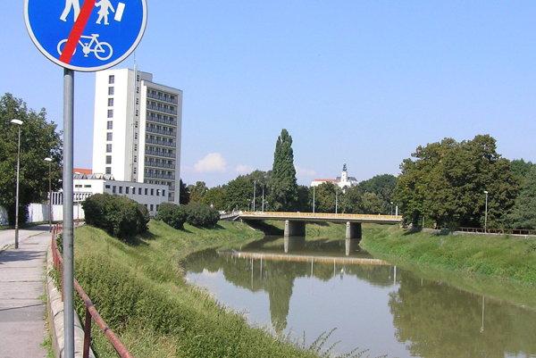 Iniciátori petície žiadajú, aby bol pod mostom podjazd pre cyklistov.