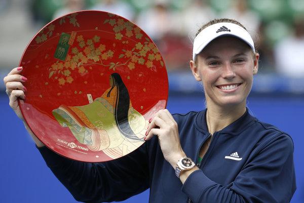 Caroline Wozniacka pózuje s trofejou za víťazstvo na turnaji v Tokiu.