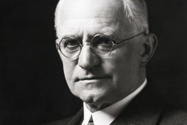 Vynálezca a priekopník fotografie George Eastman zaviedol vo svojom podniku Kodak Eastman Chemical 13-mesačný kalendár. Spoločnosť sa ním riadila 61 rokov, až do decembra 1989.