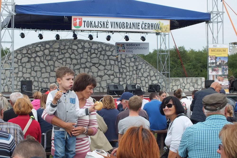 Návštevníci sa v Čerhove cítili spokojne, každú chvíľu sa na pódiu striedal zaujímavý program.
