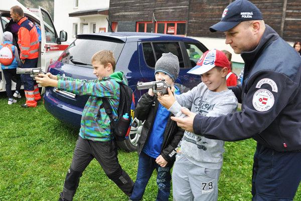 Náčelník mestskej polície Peter Uhrina dáva pozor na chlapcov so zbraňami