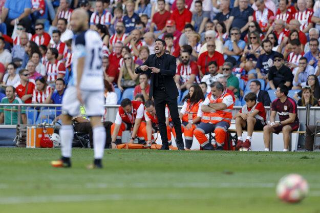 Diego Simeone koučuje svoj tím v zápase proti La Coruni.