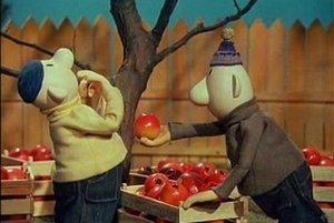 Pat a Mat a ich slávny boj o posledné jablko na strome.