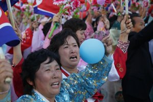 Izolovaná Severná Kórea si v sobotu pripomenula 70. výročie založenia vládnucej Kórejskej strany práce obrovskou vojenskou prehliadkou, ktorú sledoval vodca Kim Čong-un.