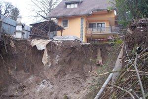 Zosuv  pôdy spôsobil v obci vážne problémy.