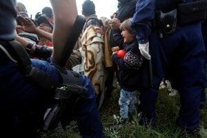 Migranti sa odmietli zaregistrovať a viacerí sa pokúsili tábor opustiť.