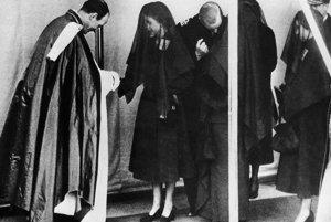 Alžbeta počas pohrebu svojho otca Juraja VI.