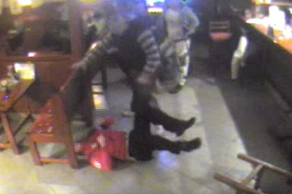 Na videu vidno, ako útočník kope do bezvládne ležiaceho muža.