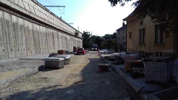 Záber zo začiatku minulého týždňa. Momentálne sú už všetky parkovacie miesta hotové.