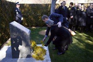 Príbuzní položili kvety pri novom pamätníku.