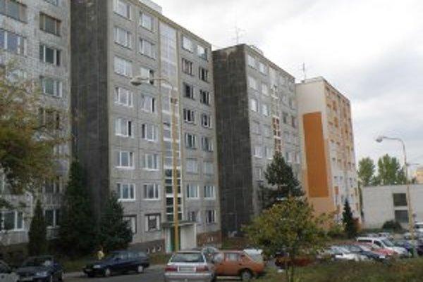 Z fasád domov v Čiernom meste postupne mizne čierna farba.