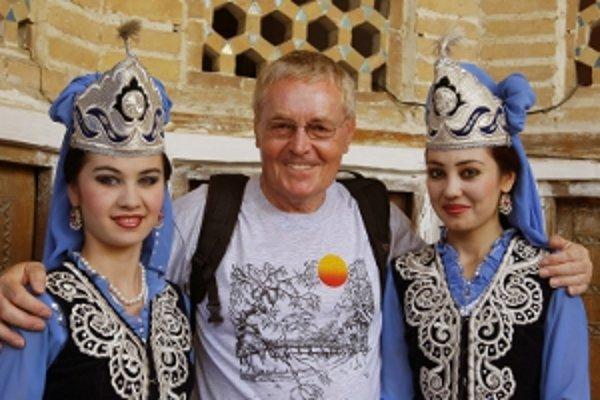 Dušan Valovič sa s exotickými dievčatami sa odfotil v historickom meste Buchara v Uzbekistane.