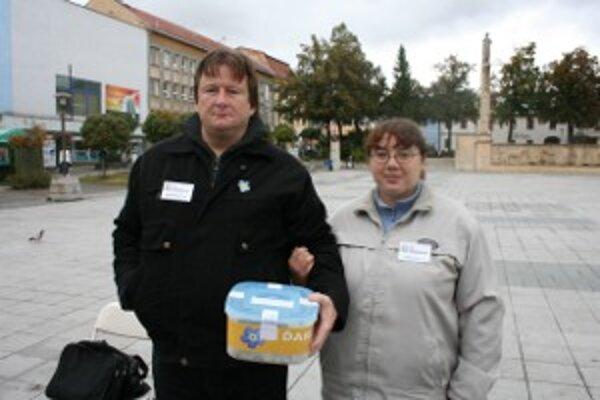 Dobrovoľníci zbierali peniaze v uliciach predajom nezábudiek.