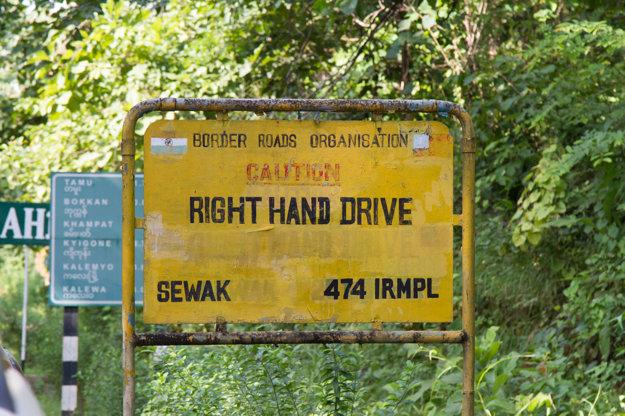 Upozornenie na zmenu smeru jazdy smerom z Indie do Mjanmarska.