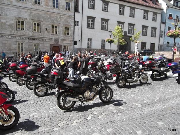 Všade, kam spoločne motorkári prídu, pútajú pozornosť ľudí.