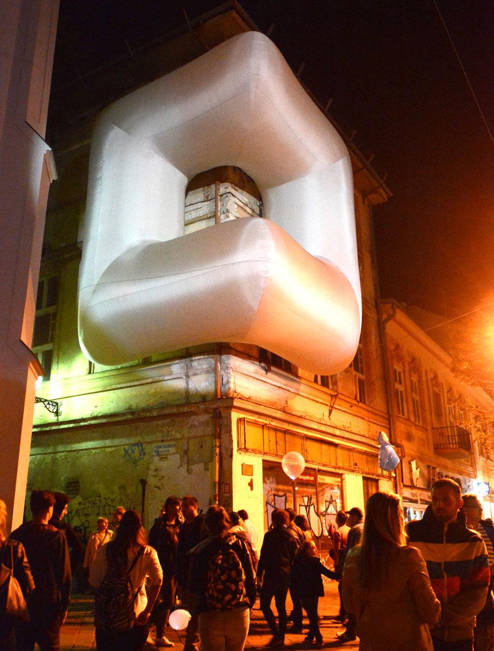 Jeden z najzaujímavejších objektov tohoročnej Bielej noci na rohu Františkánskej ulice.  Inštalácia švajčiarskej dvojice Sabine Lang a Daniela Baumanna s názvom Comfort #13 sa jednoducho nedala obísť bez povšimnutia.