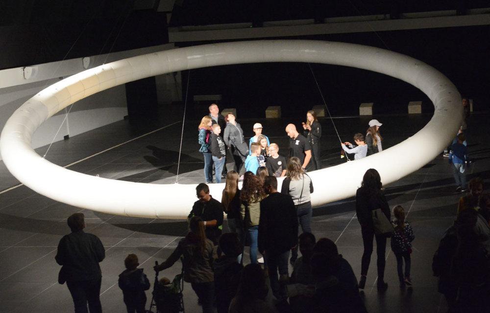 """Ďalší z """"hajlajtov"""" tohoročnej Bielej noci. Dobrý dojem zo zaujímavej inštalácie v Kunsthalle trochu rušil hysterický krik jedného zo zriadencov, aby sa návštevníci nedotýkali vystaveného kinetického objektu s názvom Boreal Hallo od Vicenta Leroya z Francúzska. Inak dobré..."""