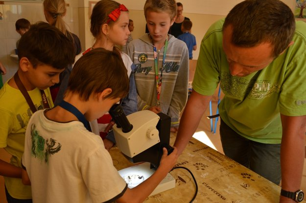Docent Tomáš Derka priniesol z katedry ekológie mikroskop, aby bol zážitok z pozorovania hmyzu naozaj vedecký. Škola v Rudňanoch takúto techniku nemá.