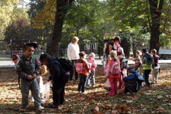 Prievidzskí škôlkari zbierali v bojnických kúpeľoch gaštany.