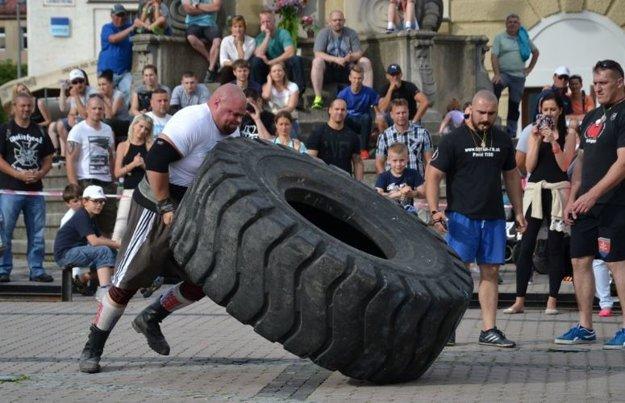 400 kg vážiaca pneumatika nebola pre Milana problémom. Ako profesionál bude váľať až 600 kg ťažkú pneumatiku.