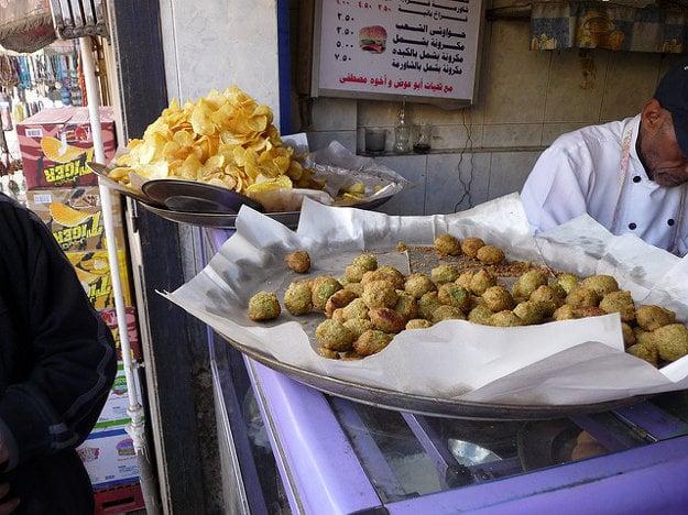 Falafel je typickým egyptským jedlom, ktoré sa podáva v chlebe.