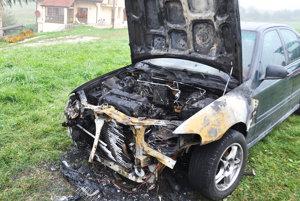 Plamene úplne zničili motorovú časť.