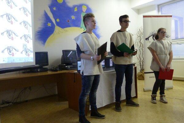 Študenti počas prezentácie projektu.