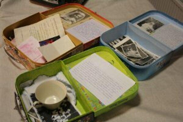 Seniori si svoje spomienky uložili do kufríkov.