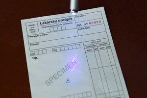 Ochranné vlákna v ceninovom papieri pod ultrafialovým svetlom žiaria.