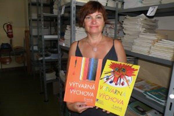 Eva Baničová ukazuje učebnice výtvarnej výchovy, ktoré sú pre školy málo potrebné.
