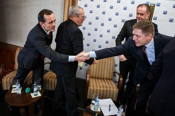 Radoslav Procházka podáva ruku Robertovi Ficovi. Voľby rozhodne najmä ich súboj. Minulý rok chceli byť obaja prezidentmi. Nepodarilo sa.